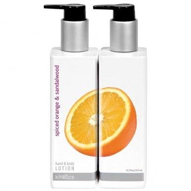 Raminamasis ir gaivinamasis rankų ir kūno losjonas Kinetics su apelsinais ir sandalmedžiu, 250 ml